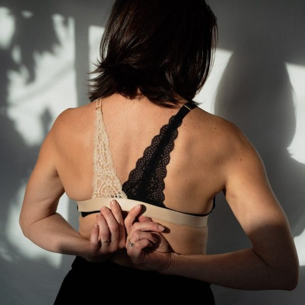 Bretelle pour rééquilibrer le poids des seins en dentelle noir et nude