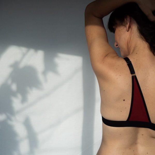 Bretelle pour rééquilibrer le poids des seins en coton rouge