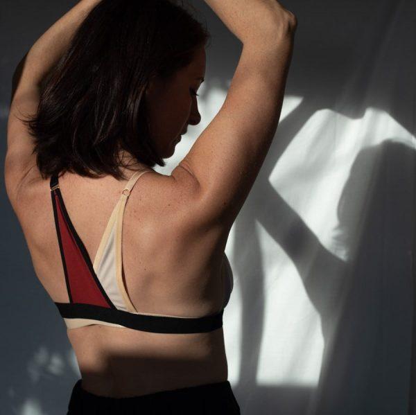 Bretelle pour rééquilibrer le poids des seins en coton rouge et chair
