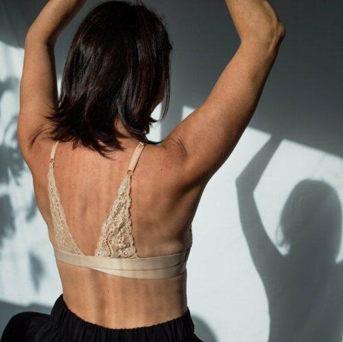 Bretelle pour rééquilibrer le poids des seins en dentelle nude